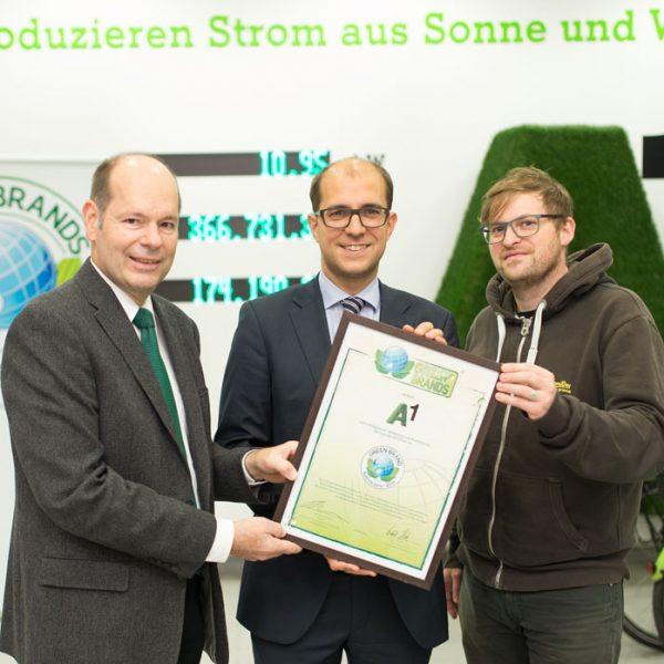 Green Brands ¸berreicht Zertifikat an Peter Schiefer